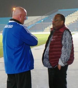 En discussion avec ses dirigeants avant la reprise prochaine du championnat.