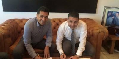 Taoussi signant son contrat avec le MAS Fès