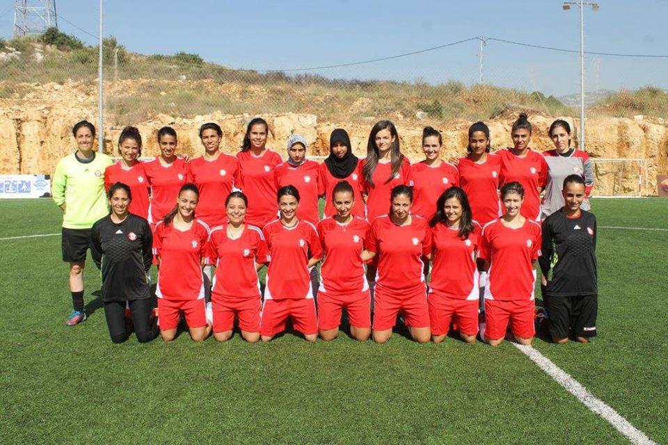 Aya - accroupie, 4ème à partir de la gauche- avec l'équipe du Liban lors des éliminatoires des Asian Games en Jordanie (juin 2013) Photo: Najib Haiby