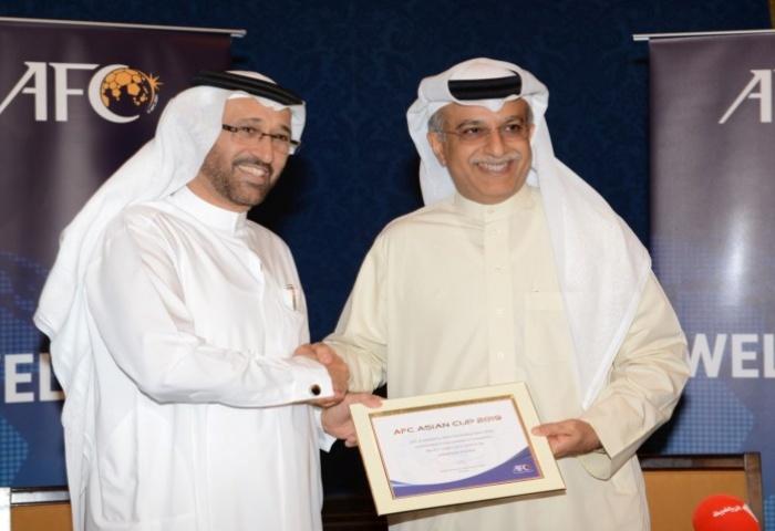 Cheikh Salman, président de l'AFC, remet le diplôme d'attribution pour 2019 au président de la fédération émiratie   @AFC.com