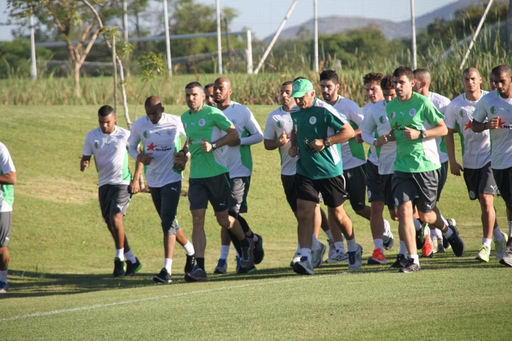Brikci  avec Cyril Moine à l'entraînement de l'équipe d' Agérie