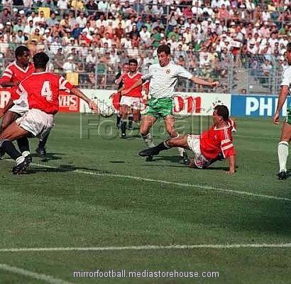 Egypte - Irlande (0-0), Ibrahim Hassan tacle  John Aldridge (fifa.com)