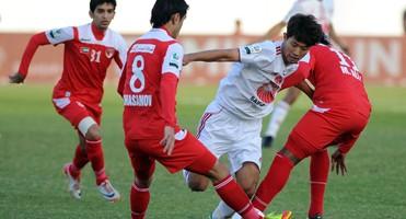 Walid Amber sous les couleurs d'Emirates entre 4 joueurs d'Al Sharjah