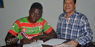 Eric Kumi paraphant son contrat avec le Stade Tunisien
