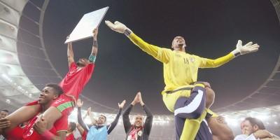 Fayez Al Rushaidi porté en triomphe (photo omanobserver.com )