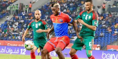 unior Kabananga Kalonji entre deux Lions de l'Atlas lors de la CAN 2017