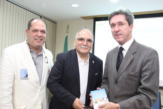 Invité d'honneur des orthopédistes de la Société Brésilienne d'Arthroscopie et de Traumatologie du Sport  (SBRATE)  de Brasilia à l'occasion de la publication d'un un manuel sur les principaux problèmes orthopédiques  pouvant survenir lors d'un match de  football médical  à destination  des journalistes appelés à couvrir le Mondial