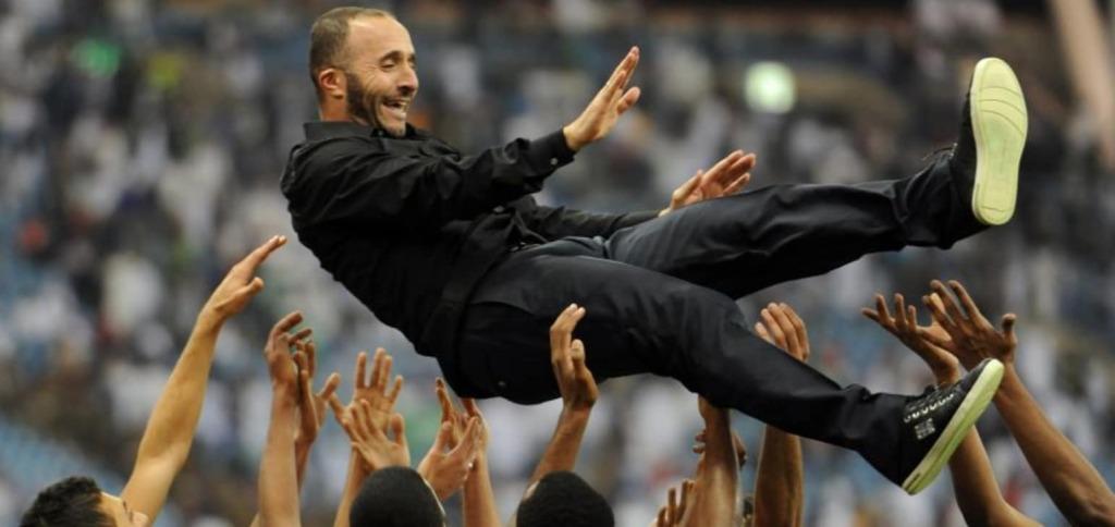 Belmaid porté en triomphe après la victoire du Qatar dans la Coupe du Golfe des  nations en 2014 (photo afc.com )