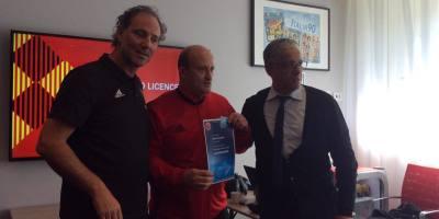 Noureddine Ouldali recevant son diplôme d'entraîneur Pro décerné par l'UEFA