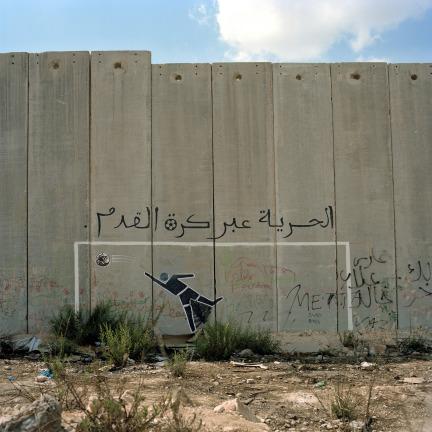 La-liberté-par-le-football.-Graffiti-sur-la-portion-du-mur-qui-sépare-en-deux-le-campus-de-lunviersité-dAl-Quds-Jérusalem.-Septembre-2011-©-Amélie-Debray.jpg