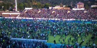 Le stade de Moroni envahi après  la fin du match Comores - Egypte