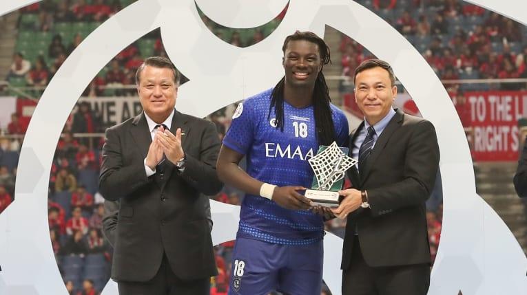 Bafétimbi Gomis remporte le trophée du  meilleur buteur de la LDC 2019 ( photo afc.com)