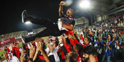 Helio Sousa porté en triomphe par ses joueurs (photo afc.com)
