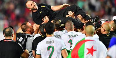Djamle Belmadi porté en triomphe par ses joueurs après le sacré en Egypte