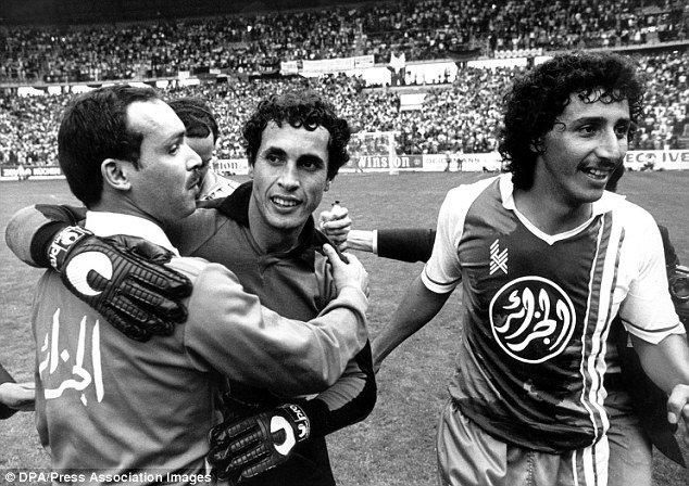 Mehdi Cerbah Congratulé par le sélectionneur Mahieddine Khalief et l'attaquant Djamel Zidane
