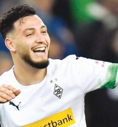 Ramy Bensebaini  (Borussia  Monchengladbach )